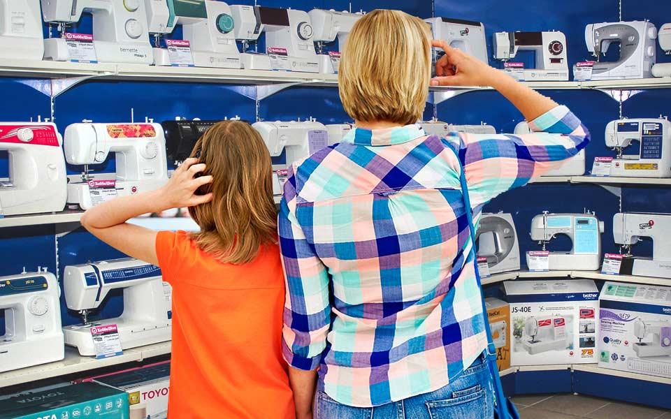 выбор швейной машины в магази